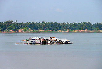 Mekong - Floating homes on the Mekong in Cambodia