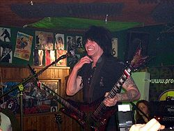 Michael Angelo Batio con una delle sue double guitar