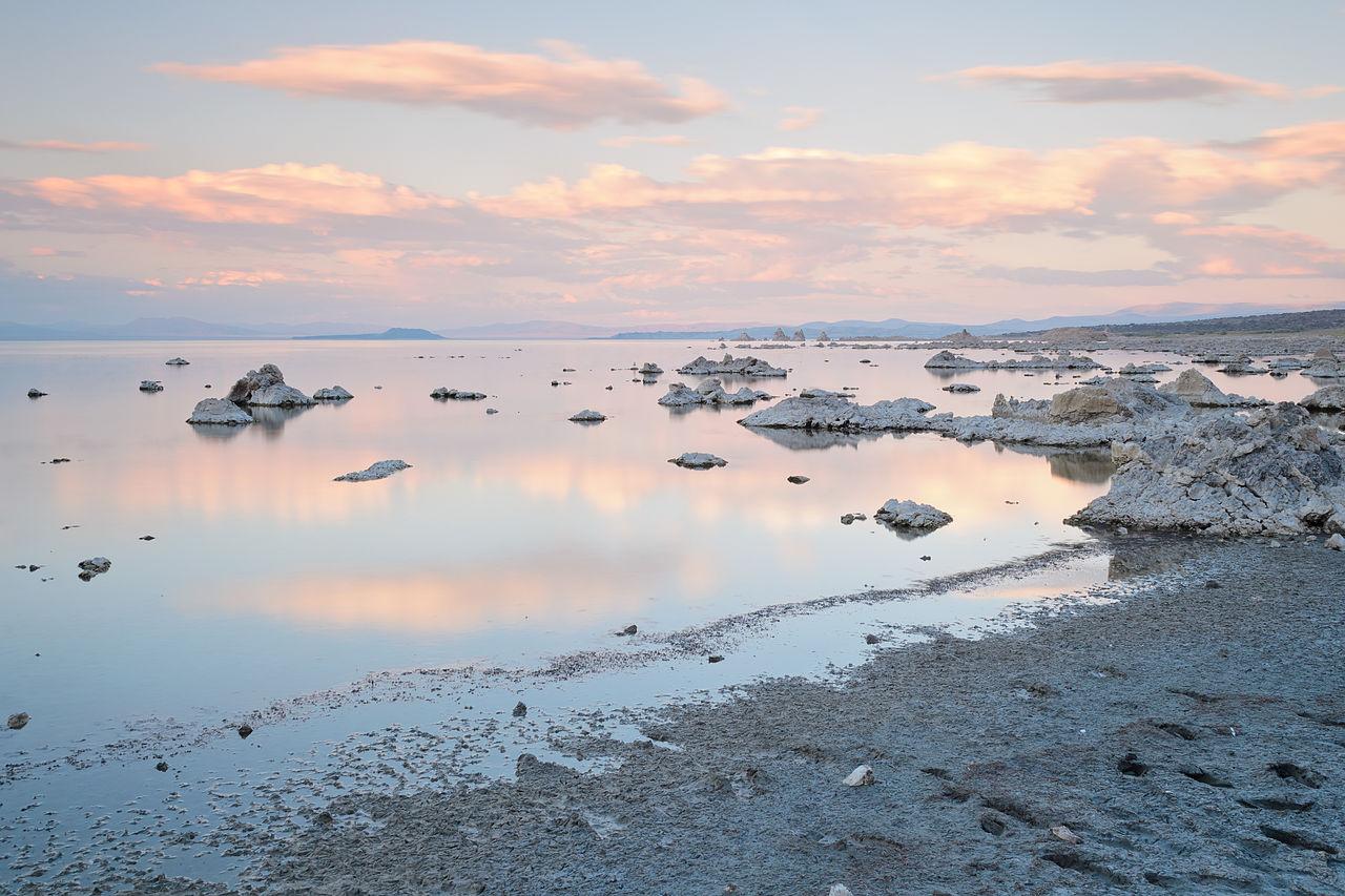 Le lac Mono, lac salé situé dans le désert de la Sierra Nevada, en Californie.  (définition réelle 4800×3200)
