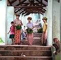Monywa-Hpo Win Daung-02-Blumenmaedchen-gje.jpg