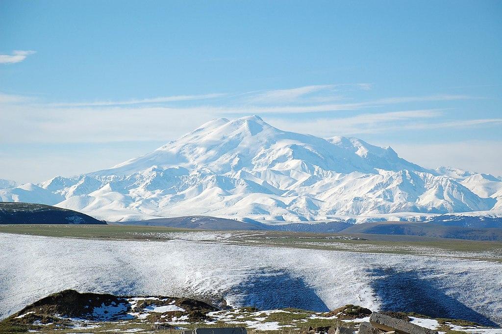 Gunung Elbrus di Rusia adalah gunung tertinggi di Eropa.