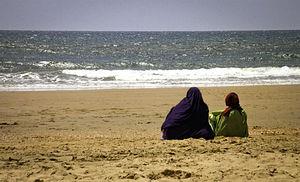 Mujeres musulmanas en la playa -- 2012 -- Mazagón, España.jpg