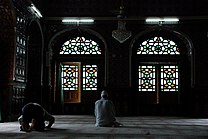 Muslims praying in mosque in Srinagar, Kashmir.jpg