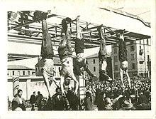 jaloilla roikkuvat ruumiit, mukaan lukien Mussolini Petaccin vieressä Piazzale Loretossa, Milanossa, 1945