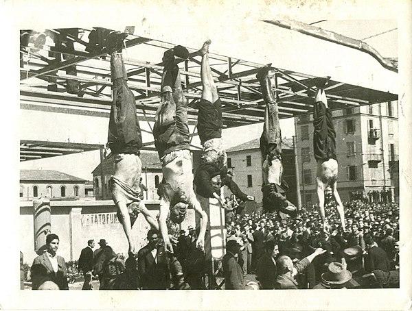 Mussolini är två från vänster, Petacci är trea från vänster