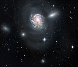 NGC 4911A (rechtsboven), naast NGC 4911