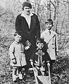 Naša kraljevska rodbina na Bledu 1931.jpg