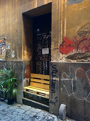 Bench (furniture) - Improvised street bench in Naples (Italy), made from wooden pallet.