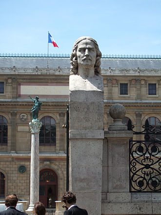 École nationale supérieure des Beaux-Arts - The entrance of the ENSBA with a bust of Nicolas Poussin