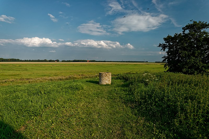 File:Noordoostpolder - Schokland - Ruïnepad - Terp De Zuidert - View SE on a reconstructed Well - Schokland belongs to UNESCO World Heritage.jpg