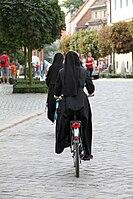 Monaĥinoj sur biciklo ... (3876255162) .jpg