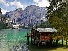 Palafitta sul Lago di Braies, utilizzata anche nella fiction televisiva Un Passo dal cielo, in onda su Rai 1