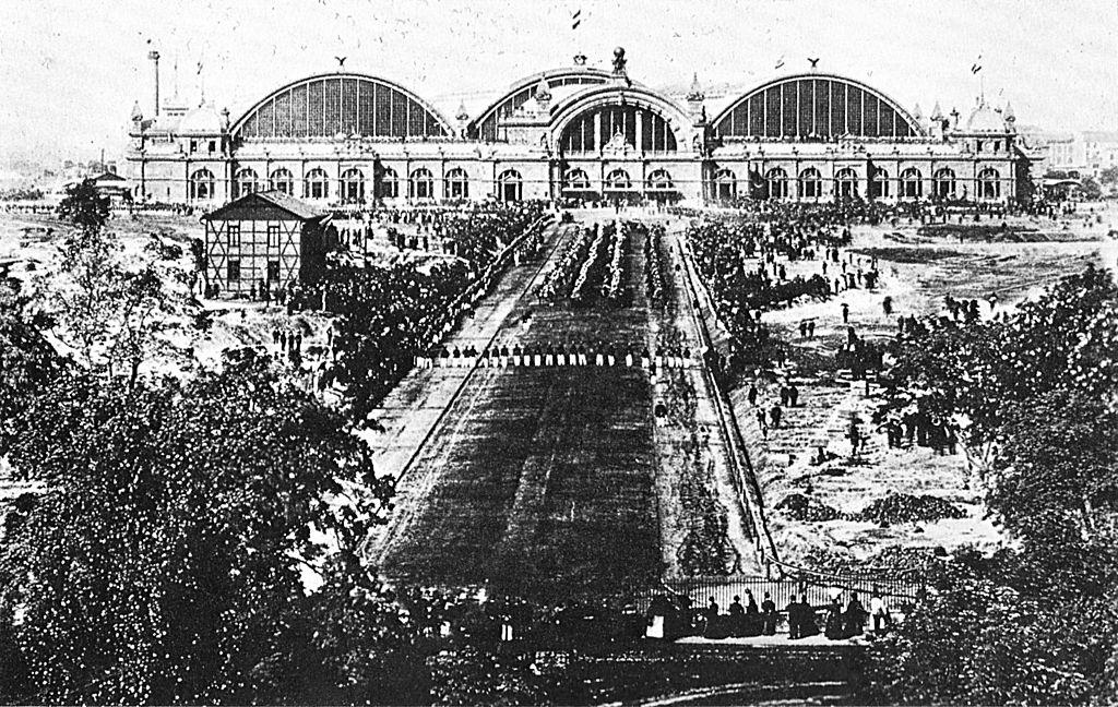 1024px-Parade_Kaiserstraße_1889.jpg