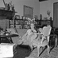 Paulette Goddard in gesprek, zittende op de sofa in de woonkamer van de villa in, Bestanddeelnr 254-4752.jpg