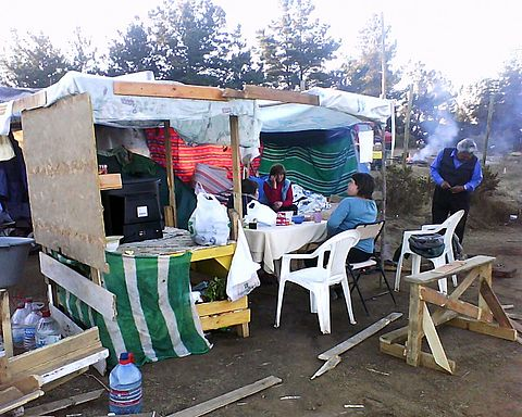 People camping in La Cruz Hill, Pichilemu. They even constructed little houses, to make their stay more comfortable. Image: Diego Grez.