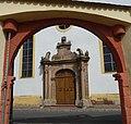 Portal der Laurentiuskirche durch den Torbogen des Spitalhofs - panoramio.jpg