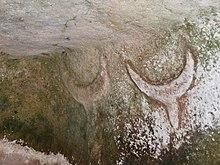 Bas-relief représentant des têtes de taureaux dans la nécropole de Su Crucifissu Mannu près de Porto Torres en Sardaigne datant du IVemillénaire av. J.-C.. Ces représentations abstraites de taureaux sont retrouvées en grand nombre en Italie.