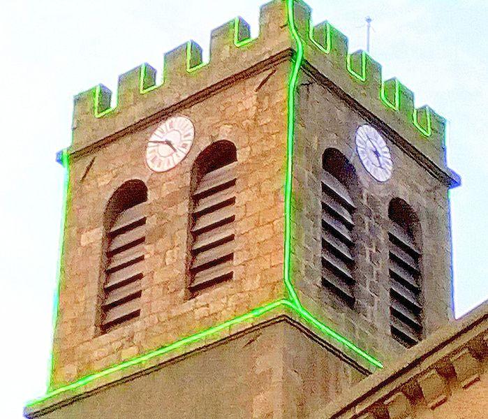 Le clocher crénelé de 07410 Saint-Victor, décoré pour les fêtes de fin d'année.