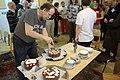 Praha, 15 let české Wikipedie, krájení dortu.jpg