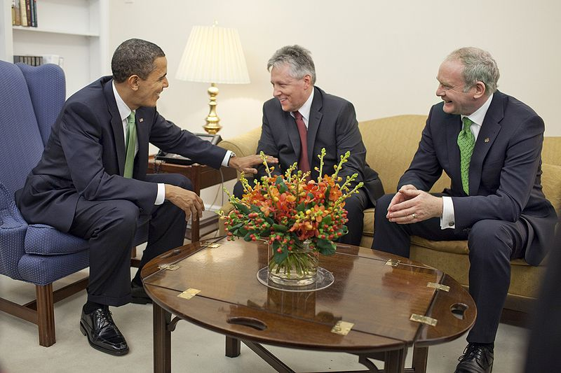 Fitxer:President Barack Obama meets Northern Ireland First Minister Peter Robinson and Deputy First Minister Martin McGuinness.jpg