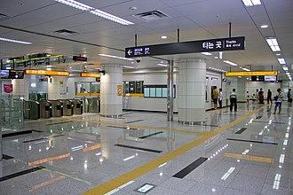Asiad Stadium station - The platforms at Asiad Stadium station in 2016