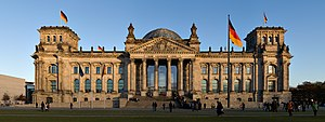 Reichstag-Berlina vido de okcidento antaŭ sunset.jpg