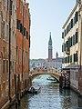 Rio de la Pieta Ponte del Sepolcro e turisti San Giorgio Venezia.jpg