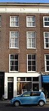 foto van Pand met drie verdiepingen. Rijk geprofileerde houten kroonlijst waaronder fries met panelen