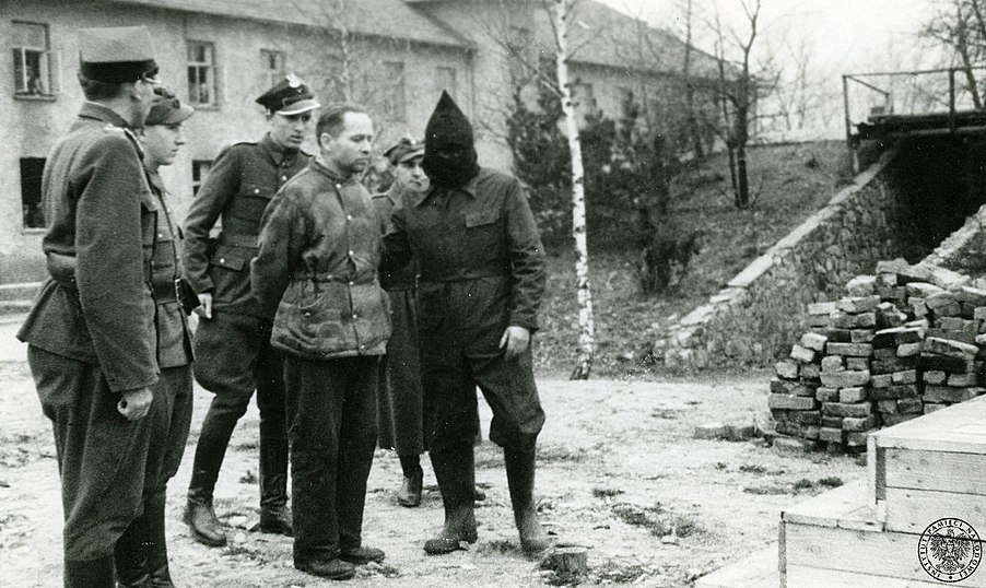 Rudolf Hoess with executioners