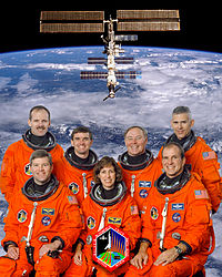 Sentados: Stephen Frick, Ellen Ochoa, Michael Bloomfield. De pé: Steven Smith, Rex Walheim, Jerry Ross and Lee Morin
