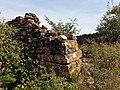 Saint-Maurice d'Ardèche - Mur d'une ruine avec balisage de randonnée.jpg