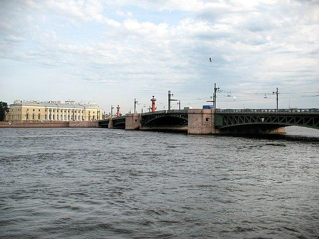 Cотрудники экстренных служб ищут вНеве мужское тело, прыгнувшего сДворцового моста