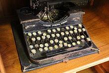 Una vecchia macchina da scrivere custodita nel museo della Banco di Sardegna.