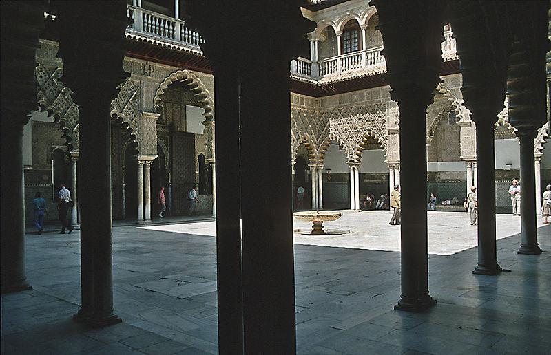 سقوط عاصمة الأندلس 800px-Sevilla_reales_alcázare_innenhof