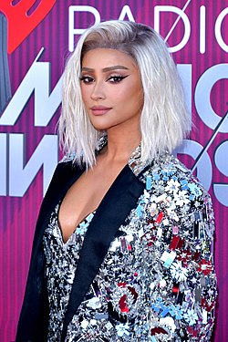 Shay Mitchell iHeartRadio Music Awardseissa 2019.