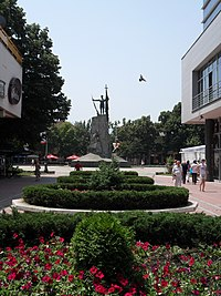 Spomenik na centralnom gradskom trgu u Kraljevu.JPG