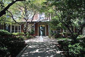 St. Luke's School (Manhattan) - Image: St. Luke's School courtyard