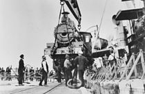 StateLibQld 1 104508 Unloading C17 Locomotives from M.S. Belray at Pinkenba Wharf, 1927.jpg