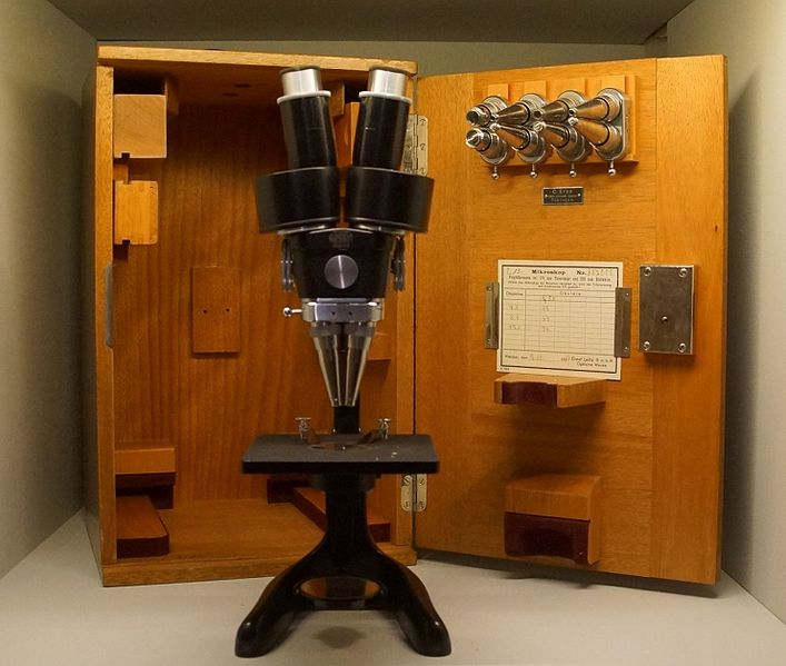 File:Stereomikroskop der Firma Leitz, Wetzlar.JPG