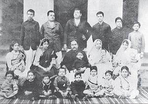 Subhas Chandra Bose - Image: Subhas Bose standing extreme right with his large family Cuttack, India 1905