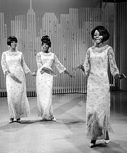 "The Supremes esittämässä kappaletta ""My World Is Empty Without You"" The Ed Sullivan Show'ssa vuonna 1966. Vasemmalta oikealle: Florence Ballard, Mary Wilson, Diana Ross."