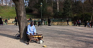 Storytelling - An African storyteller in Parc des Buttes Chaumont, Paris, France.