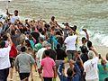 Tocha Olímpica surfando nas águas cariocas 01.jpg
