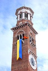 Nel fotografia si possono vedere il vessillo della Serenissima Repubblica e il drappo con i colori civici azzurro e oro issati sulla torre dei Lamberti, a ricordo dell'inizio delle Pasque Veronesi