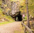 Wandeltocht rond Lago di Pian Palù (1800 m). in het Nationaal park Stelvio (Italië). Tunnel voor het pad bij het meer 01.jpg