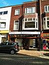 foto van Twee winkelhuizen met twee bovenwoningen in Interbellum-stijl