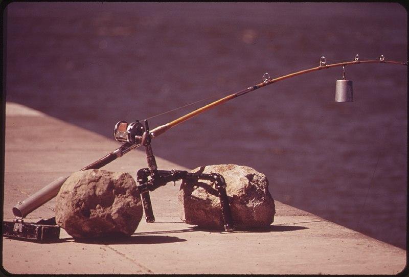 "File:""LAZY MAN FISHING"" AT CASCADE LOCKS ON THE COLUMBIA RIVER - NARA - 548139.jpg"
