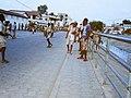 Élèves a la sortie des cours de 19 h a Cotonou au Bénin1.jpg