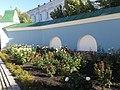 Камяна огорожа території собору.jpg