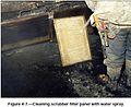 Обеспыливание при добыче угля в шахтах США. Фиг. 4.7 Очистка панели фильтра скруббера струей воды.jpg